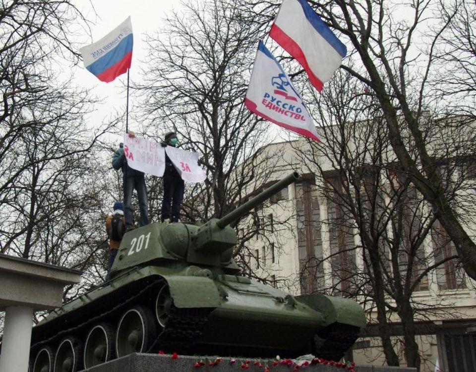 624028-des-manifestants-pro-russes-devant-le-parlement-de-crimee-le-27-fevrier-2014-a-simferopol