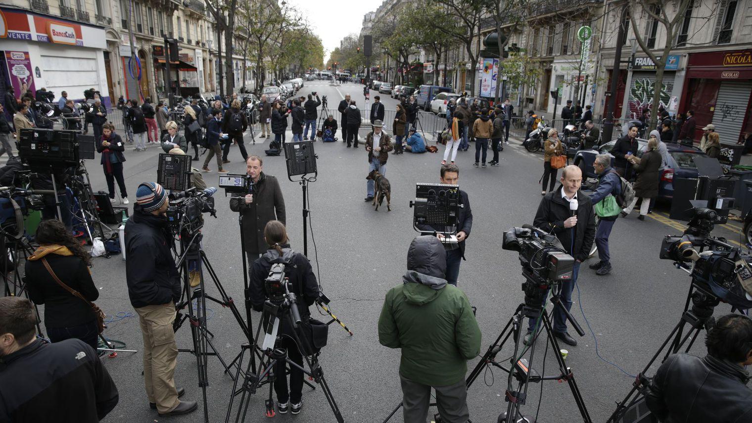 des-journalistes-aux-abords-du-bataclan-apres-les-attentats-le-14-novembre-a-paris_5464552