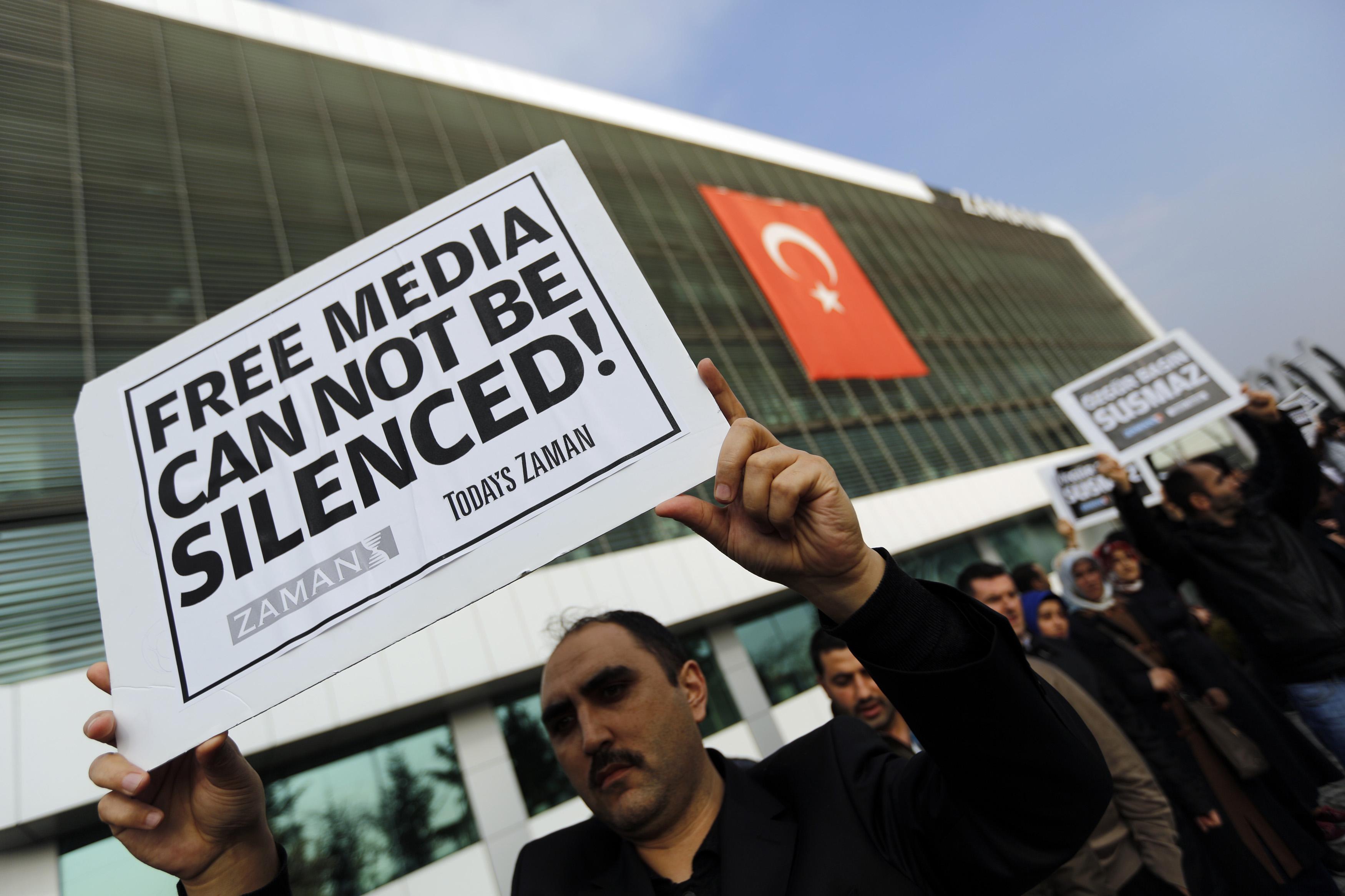 Malgré des critiques et des acquis à développer, la chance est aujourd'hui donnée en France de pouvoir vivre mais aussi travailler ou écrire librement. La liberté d'expression permet à chacun de pouvoir participer au renforcement de la démocratie et du débat. Il existe pourtant des pays où la liberté d'expression n'est qu'un concept vague renvoyant à une réalité bien lointaine. Et parallèlement, ces mêmes pays souffrent de tous les maux engendrés par des pouvoirs autoritaires et punitifs. La Turquie en est aujourd'hui un exemple frappant, où la liberté disparaît derrière l'autoritarisme.