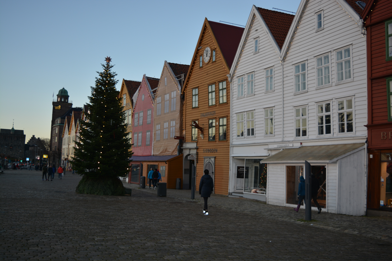 Que ce soit en été ou au moment de Noël, Bryggen reste le quartier le plus visité de la ville.