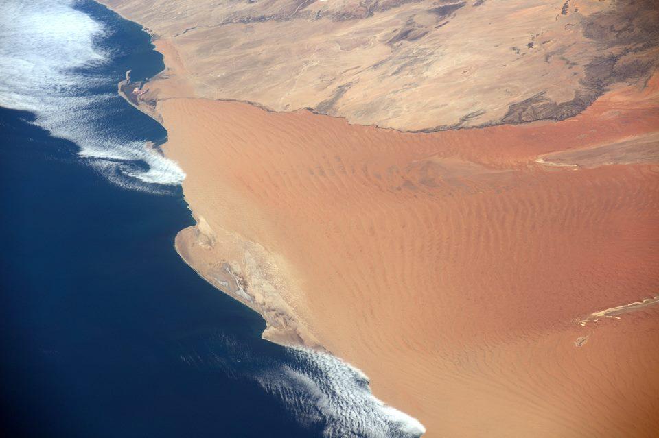 Quand les dunes de sable de Namibie se mêlent à l'océan Atlantique... Crédit photo : Thomas Pesquet