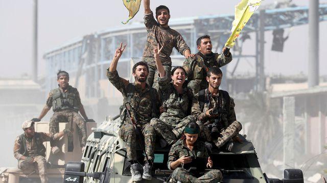 Les Forces démocratiques syriennes célèbrent la fin du califat de Daesh à Raqqa. Source: Le Monde, REUTERS/Erik De Castro