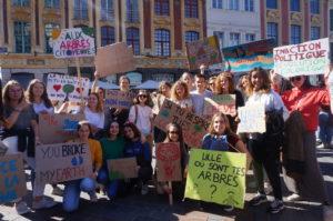 Les étudiants de Sciences Po mobilisés sur la Grand Place avant de commencer la marche, vendredi 20 septembre 2019