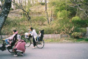 Famille à vélo dans le parc près de mon dorm