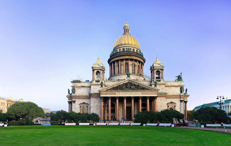 La Cathédrale Saint-Isaac de Saint-Pétersbourg a accueilli, le 1er octobre, le mariage impérial alors que la dernière union d'un Tsar en ce lieu datait de 1707. Cette réouverture, spécialement accordée pour le mariage impérial, cacherait-elle, derrière le symbole historique qu'elle représente, une volonté politique ?